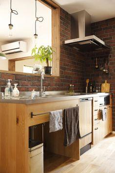 オーク材とステンレスを組み合わせてつくったオリジナルキッチン。アイアンのつまみやタオルバー、煉瓦仕上げの壁面など細部に至るまでこだわってます。 #カフェ風インテリア #ナチュラルキッチン #かわいい家 #木の家 #ゼスト倉敷 #ゼスト #ステンレス天板 #木製キッチン #キッチン雑貨 #オーダーキッチン #キッチン収納 #アイアンバー #造作キッチン #岡山県 #インテリアショップとつくる家 #レンガ壁 #architecture #homedesign #kitchendesign #食器棚