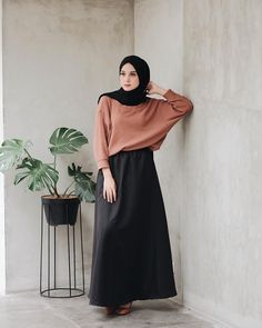 Image may contain: 1 person, standing Source by Fashion outfits Modern Hijab Fashion, Street Hijab Fashion, Hijab Fashion Inspiration, Muslim Fashion, Modest Fashion, Fashion Outfits, Casual Hijab Outfit, Hijab Chic, Hijab Dress