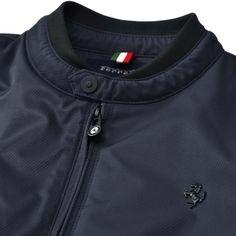 Ce blouson (coupe bomber) Ferrari Cavallino Rampante pour homme est réalisé en textile technique et rembourré en ouate.<br> Une série de détails recherchés comme la découpe carrée interne s'inspirant du volant des Gran Turismo de la Maison de Maranello, l