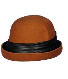 Gorro color teja con lazo de raso negro