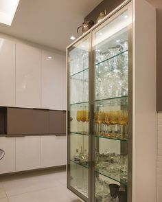 105 cristaleiras apaixonantes para embelezar a sala de jantar Kitchen Furniture, Kitchen Interior, Home Interior Design, Interior Decorating, Wet Bar Cabinets, Wooden Almirah, Billards Room, Diy Corner Shelf, Crockery Cabinet
