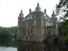 Kasteel Biljoen is oud en prachtig maar pas in de 16e eeuw gebouwd. De meeste Nederlandse kastelen zijn in de 14e eeuw gebouwd