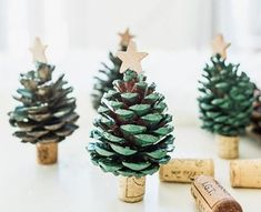Easy to make wine cork crafts for Christmas. These Christmas crafts are a blast to make. Alternative Christmas Tree, Mini Christmas Tree, Christmas Ornaments, Ornaments Ideas, Xmas, Pinecone Ornaments, Snowflake Ornaments, Holiday Tree, Christmas Lights