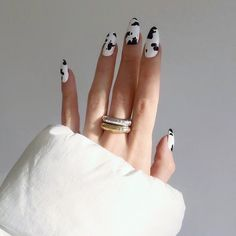 Try some of these designs and give your nails a quick makeover, gallery of unique nail art designs for any season. The best images and creative ideas for your nails. Minimalist Nails, Nail Lacquer, Nail Polish, Gel Nail, Uv Gel, Nail Manicure, Cow Nails, Nagellack Trends, Fire Nails