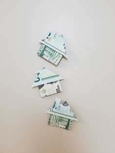 Easy Dollar Origami House A quick to fold money origami gift is a house. Great for weddings and small gifts. Easy to fold takes less than 5 minutes. Origami Tooth, Origami Letter, Origami Fish, Origami Art, Origami Jewelry, Easy Money Origami, Money Origami Tutorial, Origami Gifts, Oragami Money