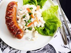 Tarjoa pastasalaattia esimerkiksi grillimakkaran kanssa.