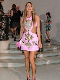 Anna Dello Russo vestida de Fausto Puglisis en el desfile de debut de Raf Simons en el desfile de Alta Costura de Dior.