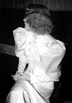 La santa Dietrich evita la cámara.