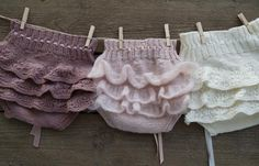 The girliest of bloomers with back ruffles ~~ Knitting For Kids, Baby Knitting Patterns, Baby Patterns, Knit Baby Pants, Knitted Baby Clothes, Crochet Bebe, Knit Crochet, Baby Kind, Baby Sweaters