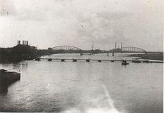 De in 1944 vernielde spoorbrug te Nijmegen met op de voorgrond de Britse pontonbrug. Foto genomen vanaf de beschadigde Waalverkeersbrug, september-oktober 1944.