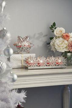 La décoration parfaite pour votre cheminée, notre Porte-bougie Flocons argentés est idéal pour votre maison en hiver. Les lignes doubles de flocons argentés en métal peuvent supporter 4 grandes coupelles en verre. Illuminez vos lampions ou bougies à réchaud. Sans les coupelles : Piliers 50 x 10 cm. h. 10 cm, larg. 30 cm Candle Companies, Decoration, Tea Lights, Snowflakes, Wax, Candle Holders, Fragrance, Candles, House Styles