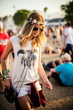 Inspiration : Festival Looks; I love this look because it just enough of boho without being too much! love the hair piece too! Festival Looks, Festival Mode, Festival Wear, Festival Fashion, Festival Style, Acl Festival, Festival Bags, Festival Trends, Flower Festival