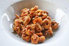 Ein einfaches und schnelles Rezept für ein leckeres Gericht finden Sie hier. Die Tortellini mit Käsesauce schmecken himmlisch gut und würzig.