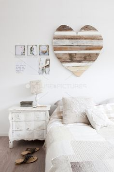 This oversized heart from pallet boards would be a beautiful diy for our bedroom!