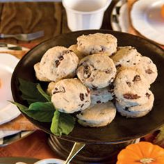 Black Olive Scones with Pesto Cream I would call these bisquits.but what matters is how they are yummy in my tummy! Tea Recipes, Scone Recipes, Scones And Clotted Cream, English Scones, Tea And Crumpets, Savory Scones, Tea Sandwiches, Best Tea