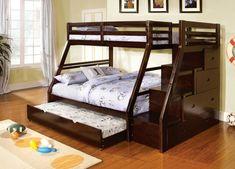 Este elegante armazón de cama en una construcción moderna en ángulo presenta una tercera cama, un nido, escondido debajo de la litera inferior. Las escaleras en el lado derecho del marco ocultan los cajones montados lateralmente.