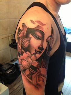 Deze prachtige Boeddha en lotus half sleeve tattoo is mild en zacht voor de ogen. Het is sereen en dit is waarom het een groot ontwerp voor de vrouwen zou kunnen zijn.