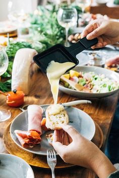 How to Throw a Raclette Party – home acssesories Raclette Party, Fondue Raclette, Raclette Cheese, Fondue Party, Raclette Ideas Dinner Parties, Dinner Party Menu, Date Dinner, Chefs, Charcuterie