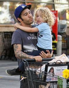 Pete Wentz and Bronx. Haynes--I think I just found Thalia a boyfriend. Lana Del Rey Vinyl, Peter Wentz, The Young Veins, Fall Out Boy Songs, Soul Punk, Hot Dads, Short People, Patrick Stump, Indie Pop