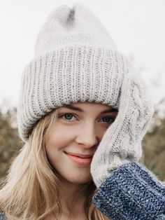 This wonderfully generous beanie from Novita Alpaca Wool keeps you warm during those cold winter days. Crochet Baby Mittens, Crochet Baby Boy Hat, Crochet Hat For Women, Knit Beanie, Beanie Hats, Knitted Headband, Knitted Hats, Winter Mode, Beanie Pattern