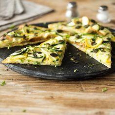 Schnell gemacht mit wenig Zutaten: Zucchini, Pesto, Mozzarella und ein paar Kürbiskerne für die extra Portion Crunch - mehr braucht ein Flammkuchen nicht.