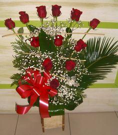 Centro de Rosas rojas, Paniculata, hojas de aspidistras y Cycas y estructura.