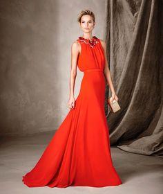 Ti presentiamo CATANIA, uno splendido abito della collezione Cerimonia di Pronovias con una perfetta unione di voile e particolari in strass.