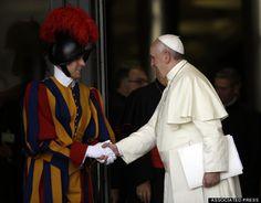교황, 딱딱한 군대 스타일 근위대장 해임