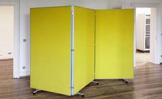 Rollwand für das Büro mit schallabsorbierender Füllung zur optimierung der Raumakustik