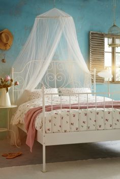 Romantic decorating ideas for the bedroom with the EMELINA KNOPP duvet cover and BRYNE mosquito net.
