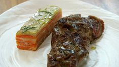 Espalda de cabrito con milhojas de patata Steak, Potatoes, Recipes, Mille Feuille, Hunting, How To Make, Iron, Steaks, Beef
