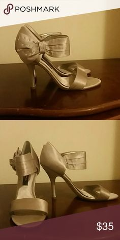 Sparking Grey Nina heels, with bows and open toes. Pretty grey taffeta heels by Nina, accentuated with a sparkling grey bow closure. Size 7 1/2. Nina Shoes Heels