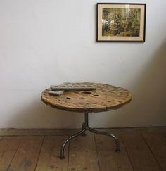 Mesa hecha de madera de rollo de cable