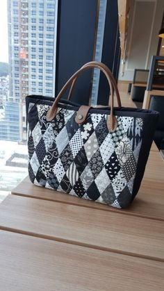 Patchwork Bags, Quilted Bag, Cute Purses, Purses And Bags, Fashion Hub, Tote Pattern, Denim Bag, Fabric Art, Handmade Bags