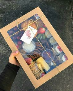 Use a clear top cake box to bring or gift snacks Party Food Platters, Cheese Platters, Breakfast Basket, Breakfast Quiche, Breakfast Potatoes, Breakfast Casserole, Breakfast Ideas, Breakfast Recipes, Homemade Gifts