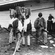 Betlehemci v pastierskom odeve s čákovmi na hlavách. Horehronie