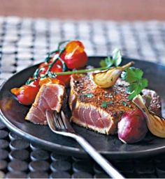 Steaks de Thon aux épices Préparation : 15 minutes  Cuisson : 10minutes  Pour 4 personnes : 4 pavés de thon frais de 150 grammes chacun - 250 grammes de tomate cerise - 4 échalotes - 1 cuillerée à soupe de poudre de curry - 1 cuillerée à café de poudre de piment...