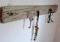 """Schlüsselbrett Treibholz """"Haken weiß""""  Für dieses einzigartige, handgefertigte Schlüsselbrett im Vintage-Stil wurde ein stabiles, aber dennoch leichtes Treibholzbrett mit wunderschöner Form und..."""
