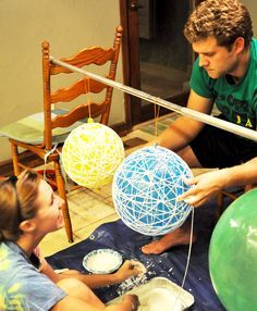 DIY String Chandeliers The messiest, merriest and whirliest DIY balls Using balloons, glue and twine, you can make these cute lantern chandeliers for your wedding – and then bring it home and use it as your very own mid . String Lanterns, Yarn Lanterns, Balloon Crafts, Big Balloons, Creation Deco, Good Tutorials, Yarn Ball, Diy Wall, Twine