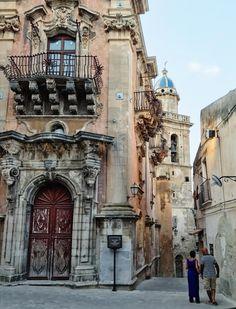 Ragusa Ibla Italy Street, Native Art, Santorini, Athens, Greece, Buildings, Beautiful Places, Spain, Destinations