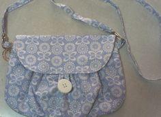 Bolsa tiracolo em tecido de algodão,forrada. <br> <br>Bolso interno,fechamento com botão. <br> <br>*Produzido por Pesponto Bolsas, fabricado no Brasil.