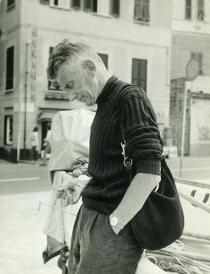 Samuel Beckett in 1971 Gucci hobo bag. (via Telegraph: Ninety Years of Gucci) Samuel Beckett, Musica Folk, Punk Rock, Gucci Hobo Bag, Gucci Gang, Pier Paolo Pasolini, Writers And Poets, Book Writer, Black And White Photography