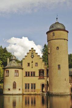 Mespelbrunn - Schloss Mespelbrunn ist ein wahrer Geheimtipp! Im wahrsten Sinne des Wortes, liegt es doch versteckt in einem Tal zwischen Frankfurt am Main und Würzburg. Dieser Lage verdankt es auch sein unbeschadetes und erhalten gebliebenes Aussehen. Es liegt so nahe am Wasser, dass man schon fast das Gefühl hat, es würde darauf schwimmen. #burg #deutschland #schloss #castles #urlaub #reisen