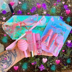 🍬 Cotton Candy gloss keychain set 💗 3 lip glosses 👄 1 lip balm 🌸 1 pair of pink sunglasses 🧚🏼♀️ 1 punk edge brush Glitter Lip Gloss, Diy Lip Gloss, Lip Gloss Set, Glitter Lips, Cute Lipstick, Mac Matte Lipstick, Mac Lipsticks, Cotton Candy Makeup, Gloss Eyeshadow