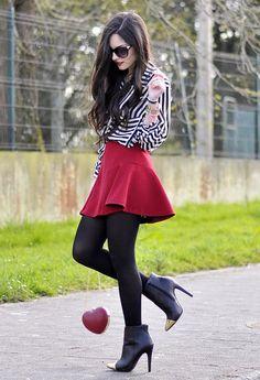 falda roja con camisa a rayas
