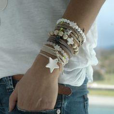 Beaucoup de bracelets margote