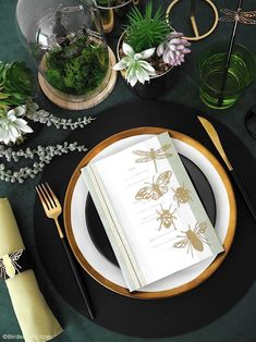 A Botanical Tablescape with 5 DIY Projects - easy crafts to help decorate a gorgeous Entomology inspired table for any party or celebration! #diy #carfts #diycrafts #tablescape #tabledecor #tabletop #tablesetting #insects #wedding #entomology #botanicaltable #dinnerparty #adulthalloween #halloweentable Straw Decorations, Decoration Table, Festive Crafts, Easy Crafts, Diy Cadeau, Botanical Decor, Bird Party, Halloween Table, Backdrops For Parties