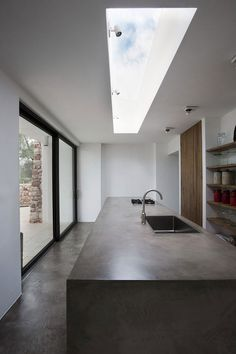 Poured concrete and skylight justthedesign: Kitchen At Casa Bosque de Oliveiras By Luca Zanaroli Cement Countertops, Kitchen Countertops, Kitchen Island, Concrete Kitchen, Concrete Bench, Poured Concrete, Concrete Floor, Stained Concrete, Cuisines Design