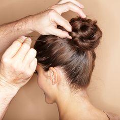 Geflochtener Dutt Teil 2: Geflochtenen Zopf eindrehen, Ende unter dem Dutt verstecken und alles feststecken und mit Haarspray fixieren. Fertig :)