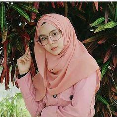 Pin Image by Sejuta Hijaber Casual Hijab Outfit, Hijab Chic, Ootd Hijab, Beautiful Muslim Women, Beautiful Hijab, Muslim Beauty, Hijab Tutorial, Poker Online, Girl Hijab